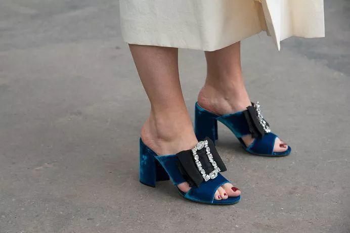 Chanel套装+MB鞋子去面试,我被HR当场拒绝了!